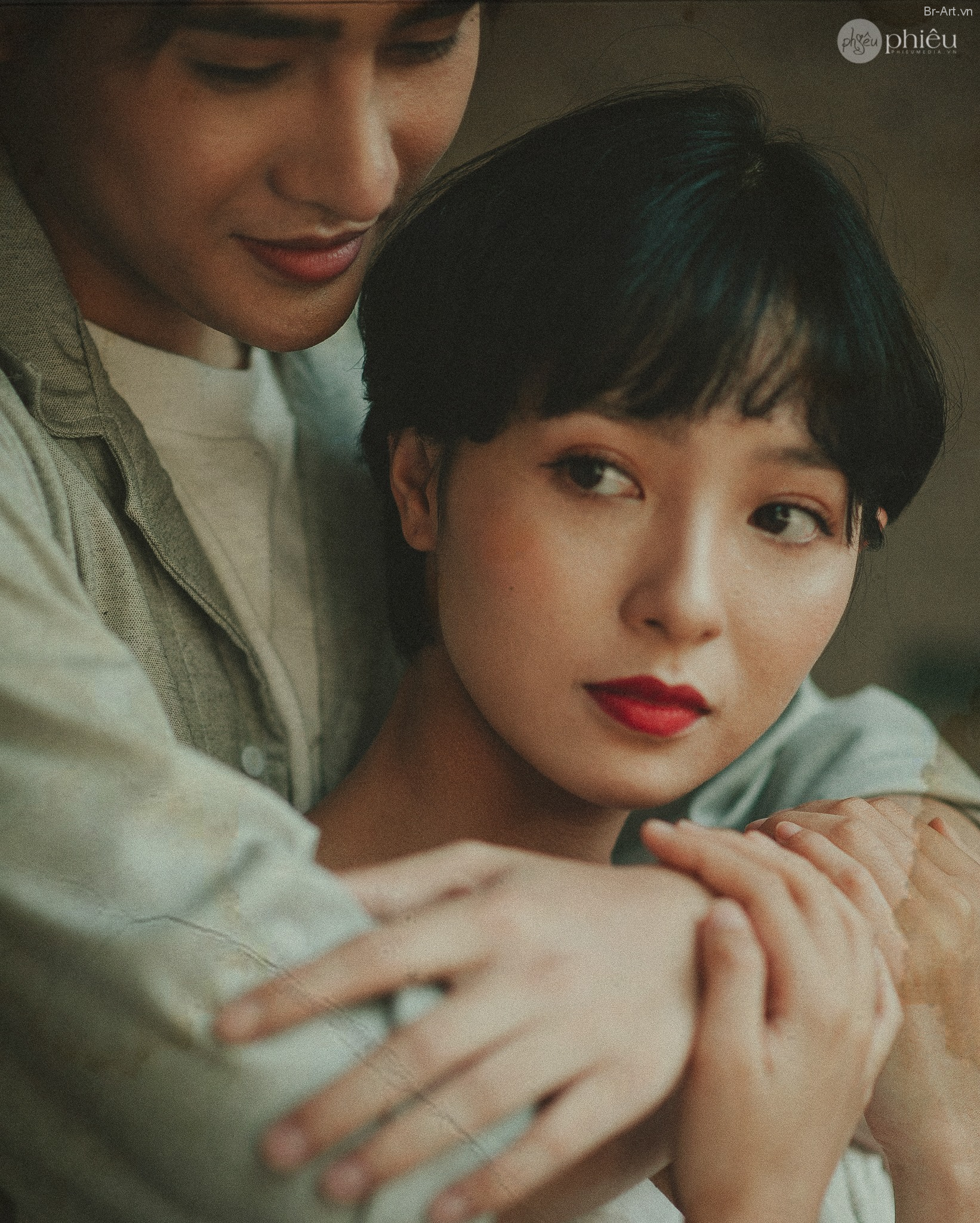Ảnh Cưới Bên Chung Cư Đơn Giản, Mộc Mạc, Bình Yên rất đẹp của cặp đôi còn rất trẻ.